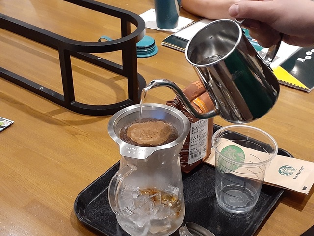 アイスコーヒーを淹れています