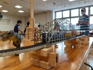 積み木で線路を高架化し、タワーも建設
