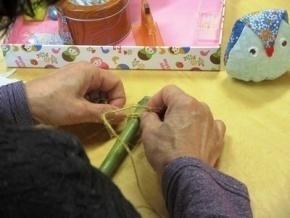 竹にひもを結びつける