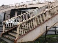 歩道橋の手すりはユニバーサルデザイン