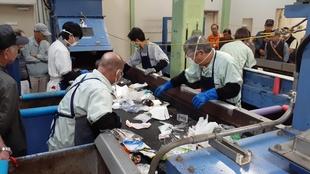 プラスチック製容器包装資源化施設で手選別している様子